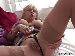 Dojrzała blond brytyjski wciela się tłuszczu wibrator